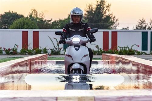 Clip: Xe máy điện Vinfast trổ tài 'bơi lội', thách thức đường ngập nước. Mẫu xe máy điện Vinfast Klara được trang bị động cơ điện của hãng Bosch. Tuy bị nước ngập toàn bộ động cơ nhưng nó vẫn có thể di chuyển bình thường. (CHI TIẾT)