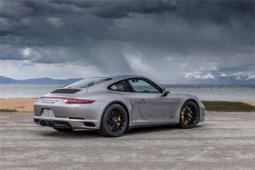 7. Porsche 911 (giá khởi điểm: 90.450 USD).
