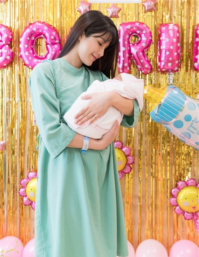 Các bác sĩ tỏ ra bất ngờ vì Diệp Lâm Anh vẫn xinh đẹp, rạng rỡ trước và sau khi sinh.