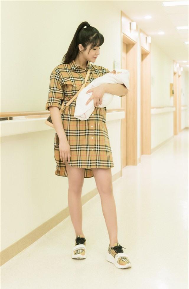 Cô diện trang phục đồng điệu với giầy, xách túi đắt giá, khoe vóc dáng đã khá thon gọn sau khi sinh.