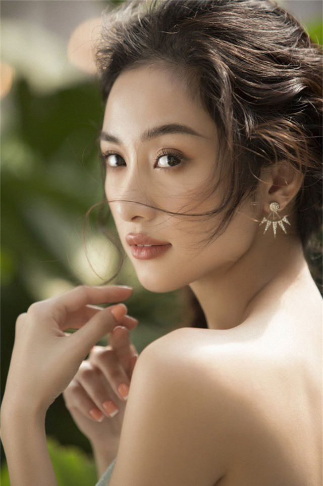 Sau thời gian gây sốt màn ảnh rộng với hàng loạt dự án như: Tháng năm rực rỡ, Người bất tử... mới đây, Jun Vũ tiếp tục thực hiện bộ ảnh mới.