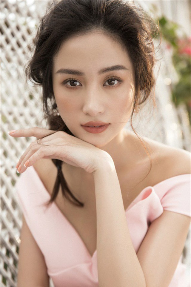 Nắm bắt những xu hướng thời trang thịnh hành trong mùa thu đông, Jun Vũ lựa chọn những trang phục mang tông màu pastel nhẹ nhàng như hồng cánh sen...