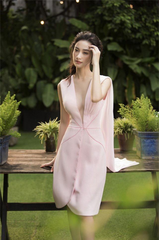 Đặc biệt, những chiếc váy khoét sâu ở phần ngực được xem là điểm nhấn trong bộ ảnh. Thiết kế này giúp người đẹp tự tin khoe vòng một.