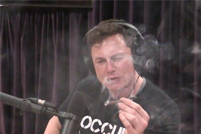 Elon Musk sử dụng cần sa trên truyền hình trực tuyến.