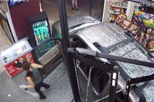 Người phụ nữ bước ra khỏi xe sau khi gây ra tai nạn.