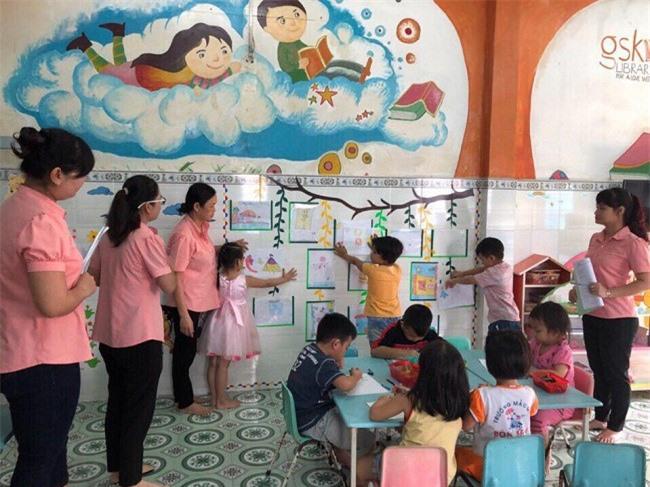 Giáo viên xây dựng môi trường làm việc thoải mái, cởi mở và thực hiện hoạt động dạy học thực tiển cho trẻ