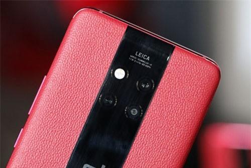 Huawei Mate 20 Porsche Design cũng sở hữu 3 camera sau 40 MP, f/1.8 cho khả năng chụp ảnh thiếu sáng, cảm biến 20 MP, f/2.2 chụp ảnh góc siêu rộng, ống kính tele 8 MP, f/2.4 cho khả năng zoom quang học 5x, hỗ trợ chống rung quang học (OIS). Cả 3 ống kính này đều hỗ trợ lấy nét bằng laser, lấy nét theo pha. Ba camera sau của Huawei Mate 20 Pro đều được sản xuất bởi hãng Leica, trang bị đèn flash LED kép, quay video 4K tốc độ 30 khung hình/giây hoặc HD tốc độ 960 khung hình/giây.