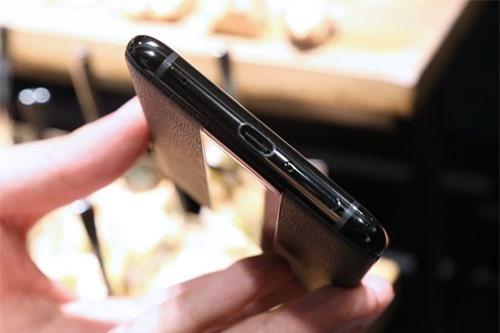 Cạnh đáy là nơi đặt micro cùng cổng USB Type-C.