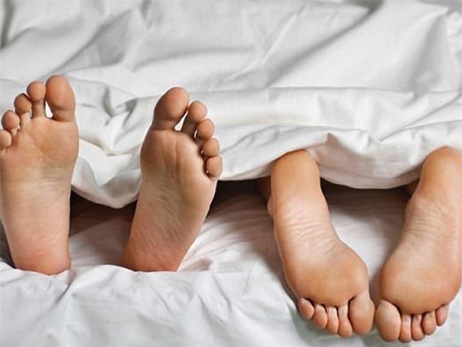 Ngủ khỏa thân có thể giúp tăng cường sự gắn kết ở các cắp đội - Ảnh: Shutterstock