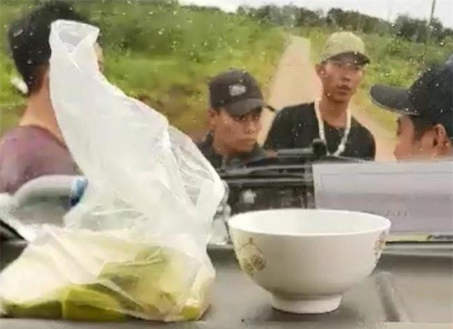"""-Các đối tượng chặn xe đòi tiền """"bảo kê"""" của thương lái mua chanh dây ở Kon Tum (Ảnh: Báo Thanh niên)"""