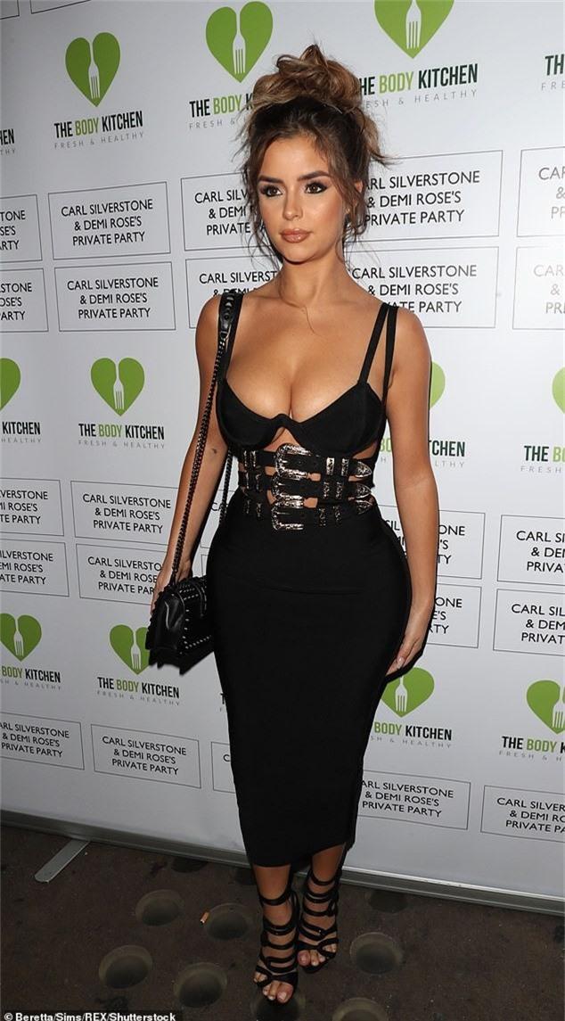Người mẫu 23 tuổi diện chiếc váy hở bạo khoe vòng một ngoại cỡ