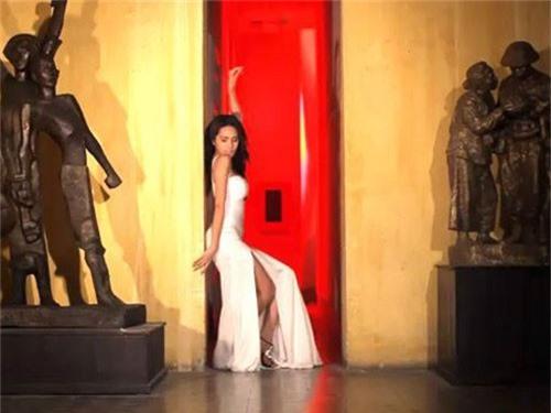 Ca sĩ Thủy Tiên từng bị chỉ trích vì hình ảnh ăn mặc gợi cảm, uốn éo trong bảo tàng.