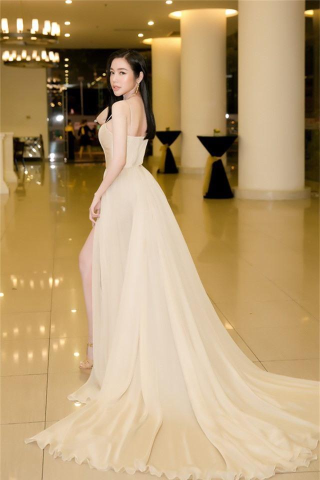 Tham gia một sự kiện tại TP HCM, Elly Trần diện váy bồng bềnh nhưng vẫn khoe khéo lợi thế hình thể.