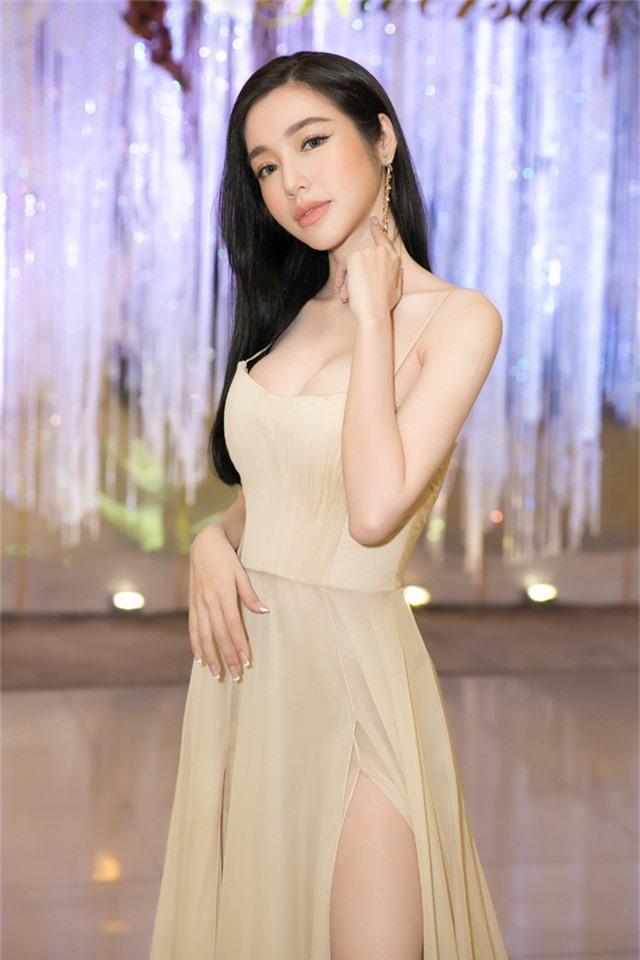Dù nhận phải nhiều ý kiến trái chiều, Elly Trần không cảm thấy buồn lòng, ngược lại luôn tự hào với phần xương vai của mình.