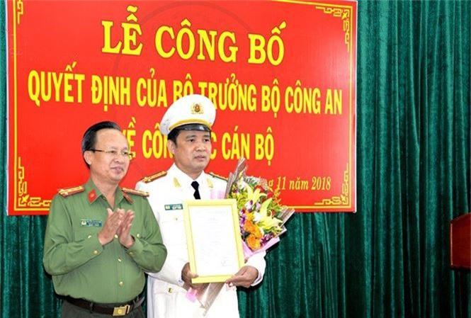 Đại tá Nguyễn Văn Phương trao quyết định của Bộ trưởng Bộ Công an cho Đại tá Lê Văn Hà