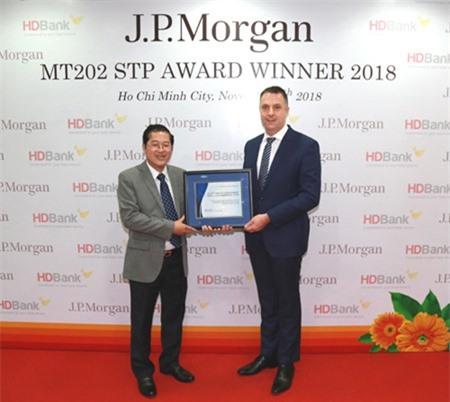 Ông Jason Clinton – Giám đốc Vùng Đông Nam Á và Australia, Ngân hàng J.P Morgan  trao giải thưởng cho đại diện lãnh đạo HDBank, ông Phạm Quốc Thanh – Phó TGĐ.