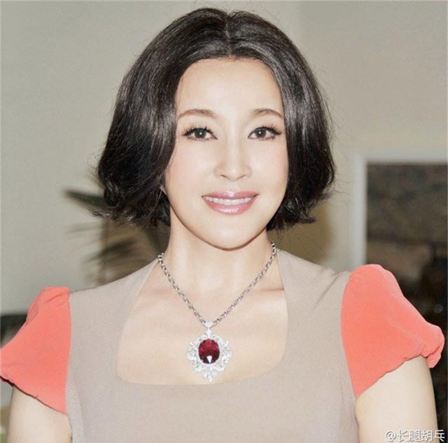 Cũng có thông tin cho rằng, Lưu Hiểu Khánh đã tiến hành phẫu thuật thẩm mỹ để níu kéo tuổi thanh xuân. Song, mỹ nhân 63 tuổi đã nhiều lần phủ nhận điều này.