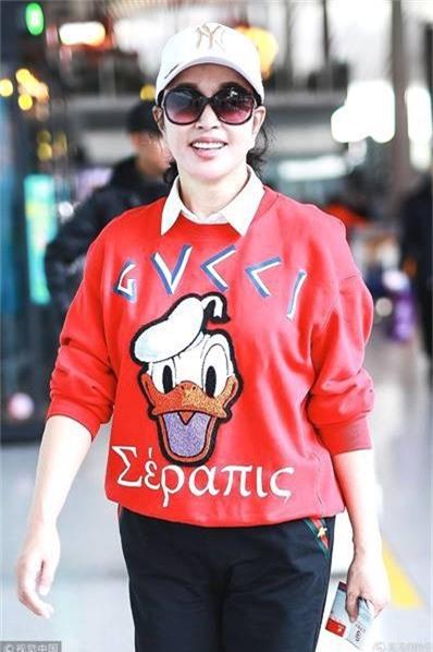 Ngôi sao nổi tiếng của màn ảnh Hoa ngữ vừa đón sinh nhật lần thứ 63 hồi tháng trước bên người thân. Lưu Hiểu Khánh là một diễn viên hạng A nổi tiếng của màn ảnh Hoa ngữ. Tuy nhiên, vài năm nay, khi lập gia đình, bà ngừng đóng phim để tập trung kinh doanh spa làm đẹp.