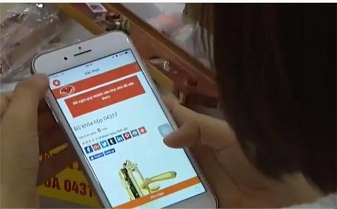 Sử dụng ứng dụng CheckVN kiểm tra sản phẩm khóa Việt Tiệp. Ảnh: Ánh Tuyết