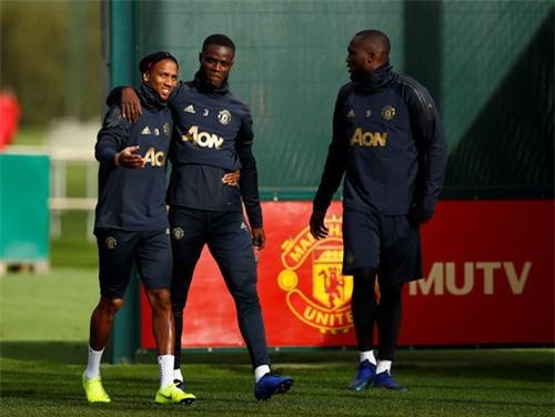 Lukaku (phải) đã trở lại tập luyện.