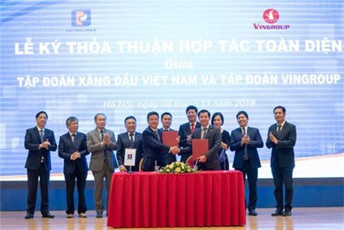 VinFast xây dựng chuỗi tổ hợp dịch vụ cho ô tô, xe máy điện trên toàn quốc. Ngày 8/11/2018 tại Hà Nội, Tập đoàn Vingroup và Tập đoàn Xăng dầu Việt Nam (Petrolimex) đã ký thỏa thuận hợp tác toàn diện xây dựng chuỗi tổ hợp dịch vụ cho toàn bộ sản phẩm xe VinFast. Sự kiện đã nâng quy mô khai thác các điểm dịch vụ của VinFast. (CHI TIẾT)