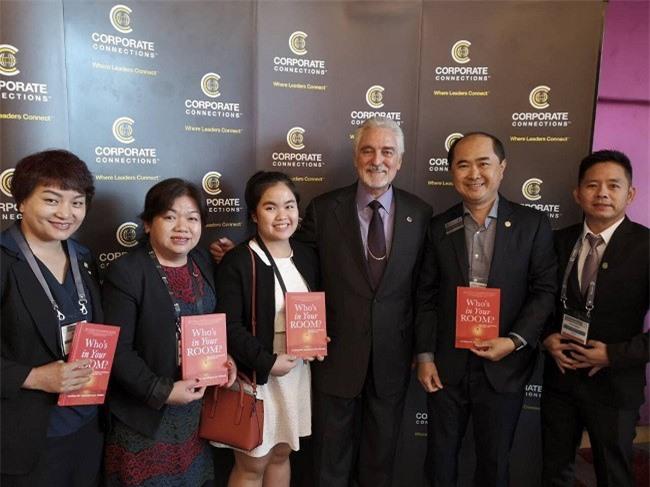 -Dr. Ivan Misner (thứ 3 từ phải sang), nhà sáng lập BNI toàn cầu giao lưu, tặng sách cho Chủ tịch BNI Việt Nam (thứ 2 từ phải sang) và lãnh đạo BNI các nước