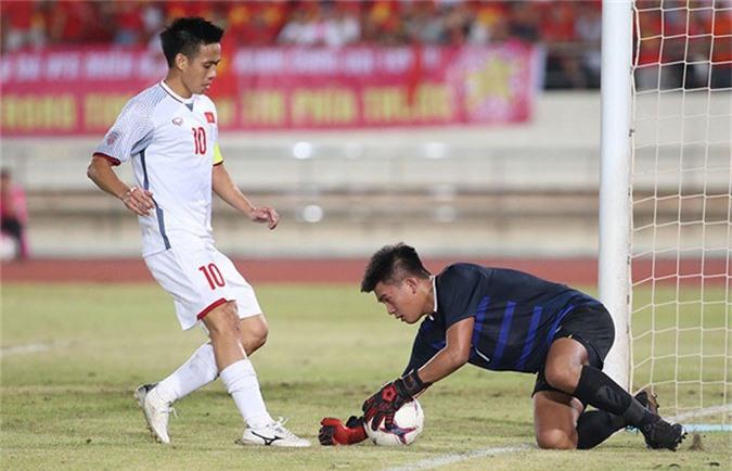 Văn Quyết chơi rộng và thường xuyên lùi về giữa sân để tổ chức lối chơi với Xuân Trường, Quang Hải. Ảnh: Đức Đồng.