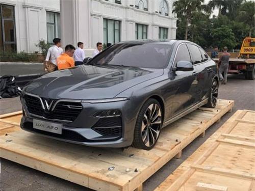 Sedan VinFast Lux A2.0 bất ngờ lộ diện, chờ ngày ra mắt thị trường Việt Nam. Chiếc Sedan VinFast Lux A2.0 vừa bất ngờ lộ diện tại thị trường Việt Nam. Hai mẫu ô tô đầu tiên của VinFast được cho là sẽ có màn ra mắt thị trường trong nước ở một sự kiện sắp được tổ chức. (CHI TIẾT)