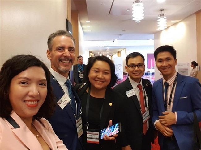 -Chủ tịch BNI Lâm Đồng (đứng giữa) giao lưu, kết nối với các doanh nhân BNI toàn cầu