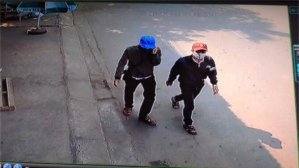 Hà và Định cải trang thành học sinh để trộm cắp xe máy