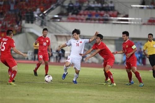 Công Phượng kiểm soát bóng trước sự đeo bám của các hậu vệ ĐT Lào. Ảnh: Thể thao & Văn hóa.