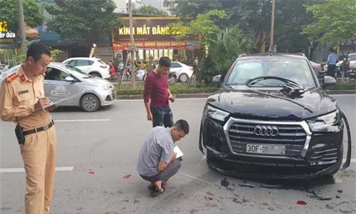 Hà Nội: Kinh hoàng xế hộp Audi Q5 tông biến dạng Mercedes và 2 xe máy trên phố