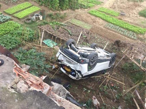 Nữ tài xế lùi xe bay qua lan can cầu, rơi xuống bờ kè sông Hồng