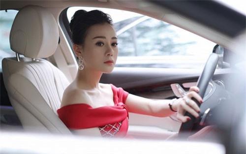 'Quỳnh búp bê' lái xe sang đi sự kiện