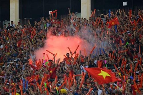 ĐT Việt Nam phải đá sân trung lập vì CĐV đốt pháo sáng?