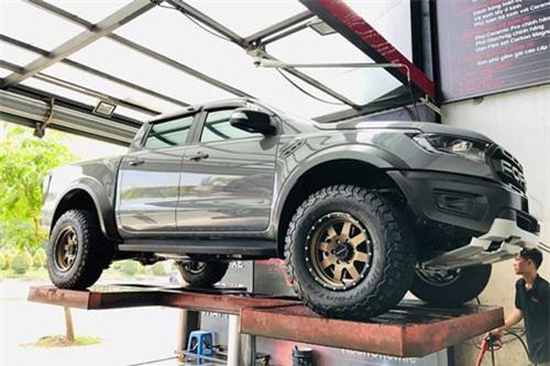 """Bán tải Ford Ranger Raptor đầu tiên """"dao kéo"""" tại Sài Gòn"""
