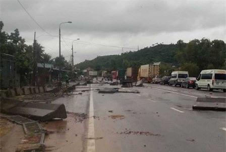 Khánh Hoà: Giao thông tê liệt nhiều nơi do mưa lũ