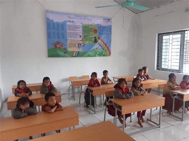 Học sinh điểm trường Nậm Luông trong phòng học mới