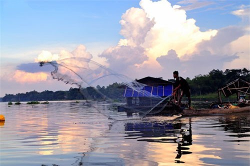 Búng Bình Thiên có nghĩa là hồ nước bình yên do trời ban. Ảnh: Diem Dang Dung.