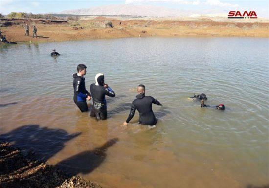 """Chùm ảnh: Quân đội Syria giành """"chiến lợi phẩm"""" dưới đáy hồ Al-Quneitra"""