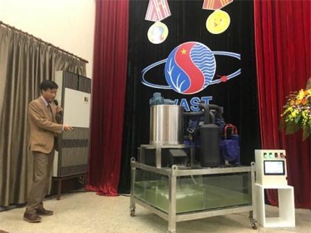 ThS. Lê Văn Luân giới thiệu nguyên lý hoạt động của máy làm đá tuyết từ nước biển