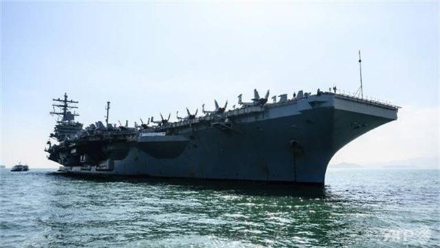 Tàu sân bay USS Ronald Reagan tới Hong Kong ngày 21/11 (Ảnh: AFP)