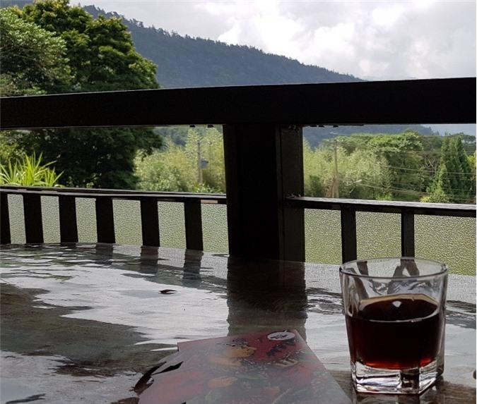 Du khách thưởng thức cà phê vừa được ngắm khung cảnh hùng vĩ của núi rừng.