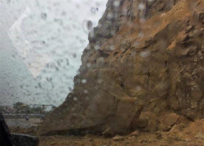 Những tảng đá lớn bất ngờ rơi xuống đường đèo Khánh Lê (Ảnh: VH)