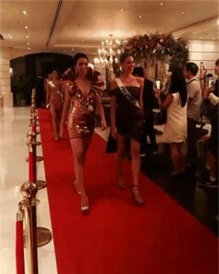 Diện váy phá cách trong dạ tiệc Miss Universe 2018, HHen Niê nhận được mưa lời khen vì đôi chân cực phẩm - Ảnh 1.