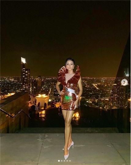 Diện váy phá cách trong dạ tiệc Miss Universe 2018, HHen Niê nhận được mưa lời khen vì đôi chân cực phẩm - Ảnh 2.