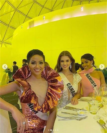 Diện váy phá cách trong dạ tiệc Miss Universe 2018, HHen Niê nhận được mưa lời khen vì đôi chân cực phẩm - Ảnh 3.