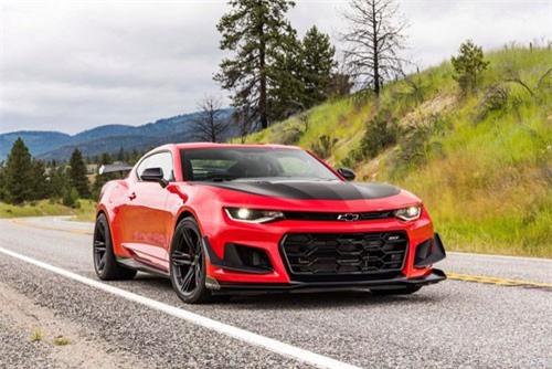 3. Chevrolet Camaro ZL1 2019 (giá khởi điểm: 61.500 USD, thời gian tăng tốc từ 0-96 km/h: 3,5 giây).