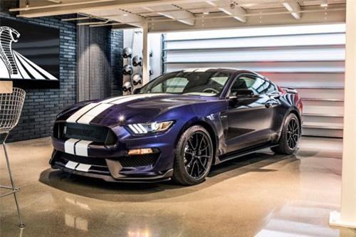 =6. Ford Mustang Shelby GT350R 2019 (giá khởi điểm: 67.135 USD, thời gian tăng tốc từ 0-96 km/h: 3,9 giây).