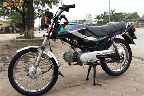 Cận cảnh xe máy Honda Win giá 100 triệu tại Hà thành. Khi nhắc tới xe côn tay Honda - ngoài Honda 67, người Việt sẽ dễ dàng nhớ tới một mẫu